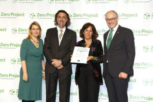 Alexandra Wandel and Martin Essl hand over the award certificate to Chile's More Capable Programme.