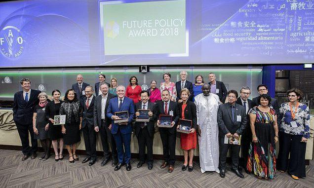 Gewinner und Jurymitglieder des Future Policy Award 2018 in Rom