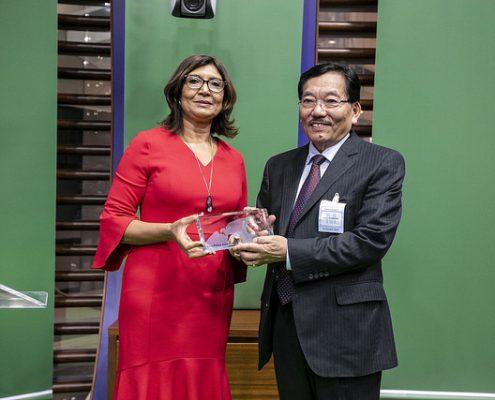 Maria Helena Semedo, FAO Vizegeneraldirektorin überreicht den Goldpreis an S.E. Dr. Pawan Chamling, Ministerpräsident des indischen Staates Sikkim