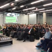 Während der grünen Woche in Berlin: Saal mit Redner und Zuhörern
