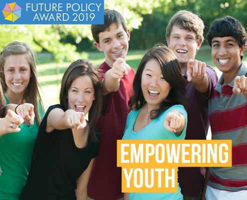 FPA 2019: Empowering Youth: Eine Gruppe Jugendlicher zeigt freudig mit dem Zeigefinger nach vorne.