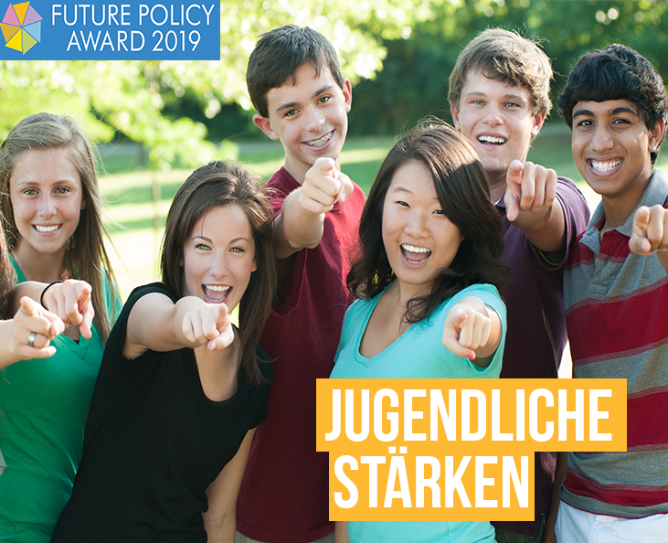 Jugendliche stärken: Gruppe von Jugendlichen zeigt freudig mit dem Zeigefinger nach vorne.