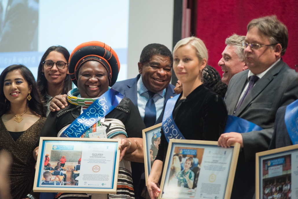 Der Future Policy Award: Preisträgerinnen und Preisträger zeigen ihre Urkunden