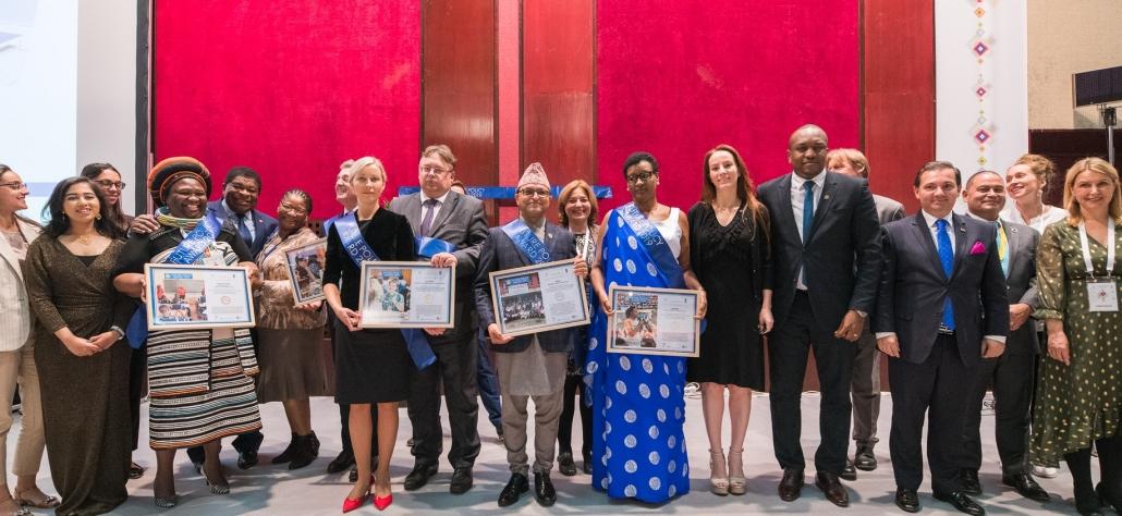 Der Future Policy Award: Alle Preisträgerinnen und Preisträger auf der Bühne versammelt.