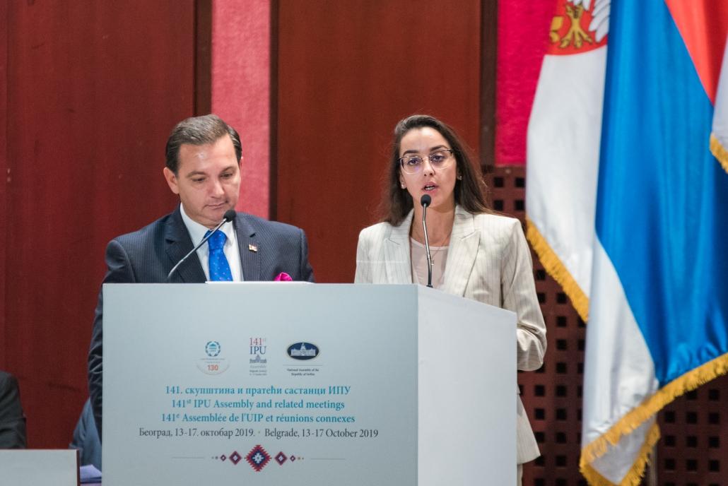 Der Future Policy Award: Zwei Moderatoren am Rednerpult
