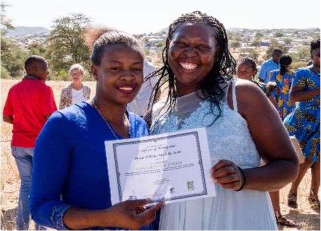 Zwei Frauen aus Namibia halten ein Zertifikat hoch