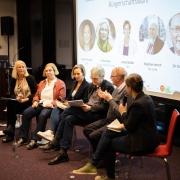 VertreterInnen von SPD; Bündnis 90/Die Grünen, CDU, die Linke und FDP diskutiert, wie sie die Qualität der Lebensmittel in öffentliche Einrichtungen, wie Kitas, Schulen und Krankenhäusern, verbessern können